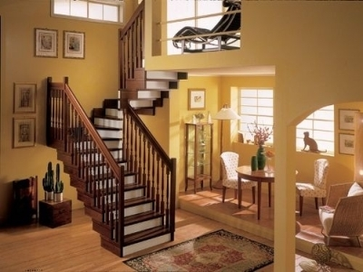 Деревянная лестница с поворотом на второй этаж