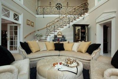 Гостиная в доме с лестницей на второй этаж