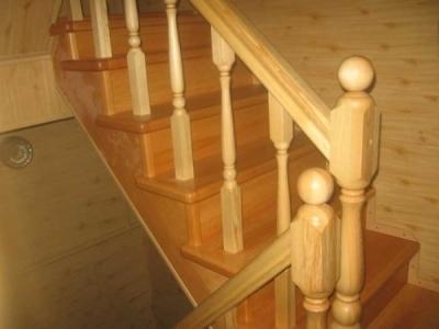 Покрытая лакам деревянная лестница из сосны