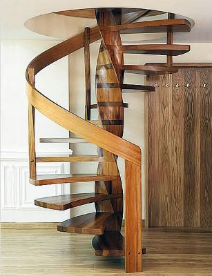 Винтовая лестница для дачи из дерева