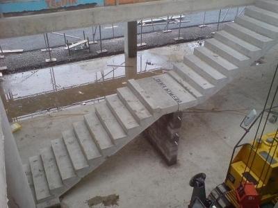 Установка готовых лестниц с использованием техники