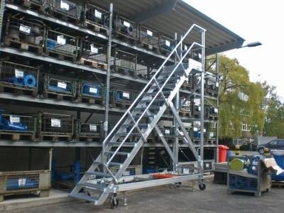 Использование лестницы на складе