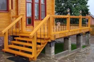 Деревянная входная лестница для дачи