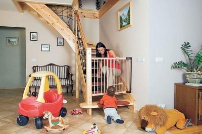 Перила и калитка для защиты детей от падения на лестнице