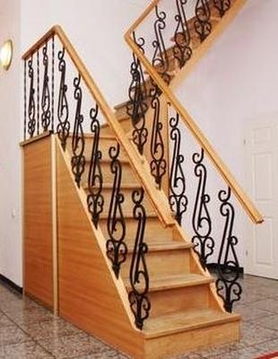 Деревянная лестница с металлическими перилами