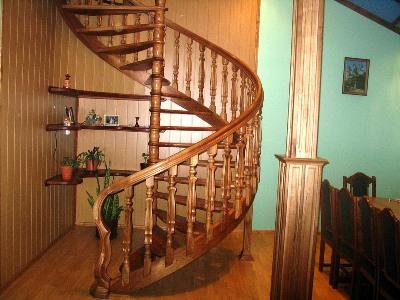 Винтовая лестница декорированная полочками для мелочей