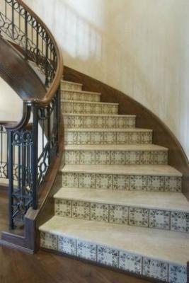 Бетонная лестница с металлическими перилами, облицованная плиткой