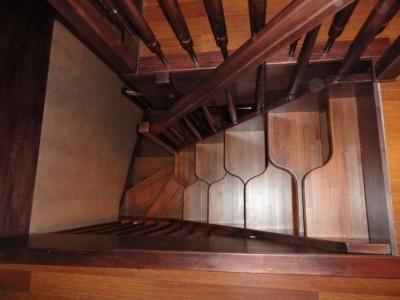 Лестница гусиный шаг установленная при входе, на чердак.