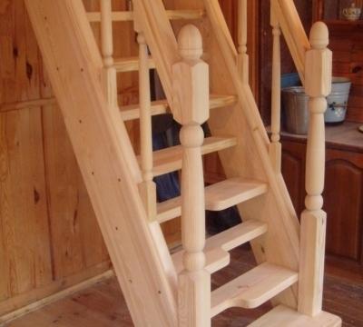 Лестница утиный шаг в интерьере кухни.