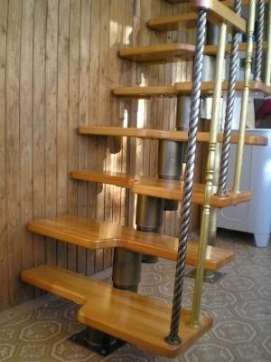 Модульная лестница в стиле гусиный шаг.