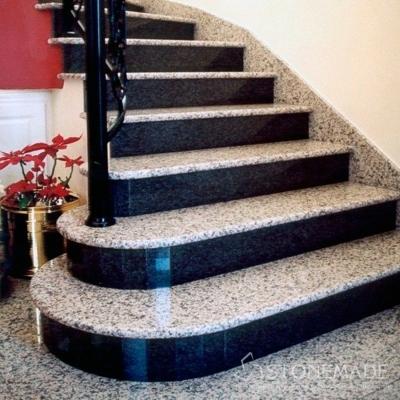 Красивая лестница из белого и чёрного гранита.
