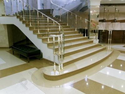 Роскошная лестница, выполненная из искусственного камня, в классическом интерьере.