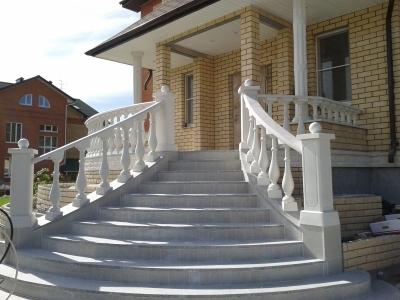 Лестница из декоративного камня – лучшее украшение фасада здания.