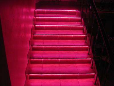 Яркий вариант подсветки ступеней для любителей разноцветного освещения
