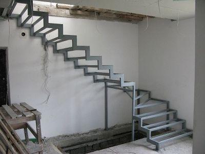 Металлическая лестница с забежными ступенями