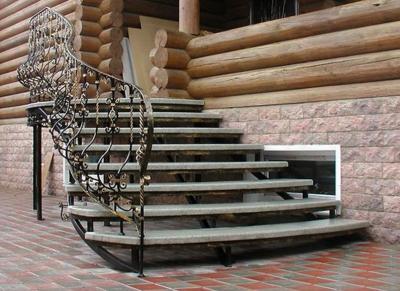 Металлическое крыльцо со ступенями из гранита