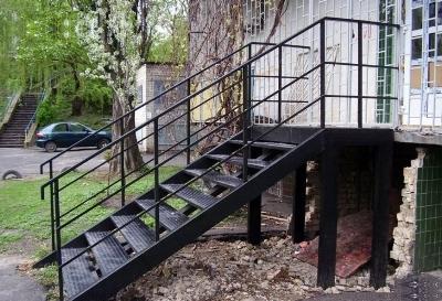 Металлическая входная лестница