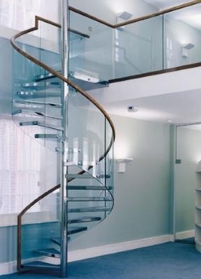 Стеклянные перила на винтовой лестнице