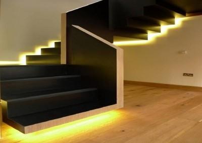 Пример расположение ленты под лестницей и сбоку
