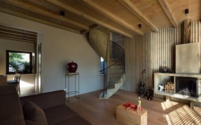 Монолитная винтовая лестница с перилами из стекла