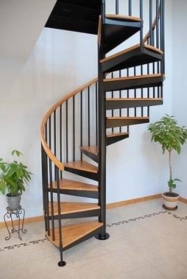 Лестница, выполненная из комбинации металла и дерева