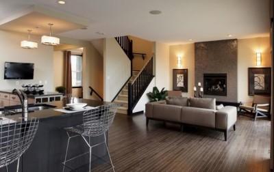 Кухня и гостиная с общей лестницей на второй этаж