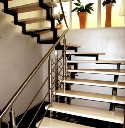 Лестница из металла с деревянными ступенями