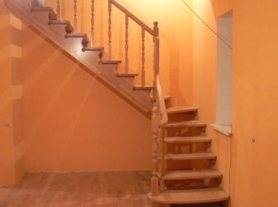 Г-образная лестница деревянная с забежными ступенями