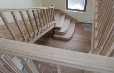 Г-образная деревянная лестница с площадкой