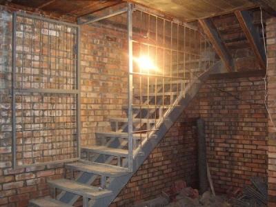 Простая лестница в подвал гаража