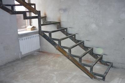 Установленная и выровненная конструкция, но еще без ступеней