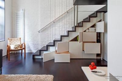 Установка шкафа под лестничной конструкцией