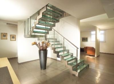 Металлическая лестница на пилообразной тетиве