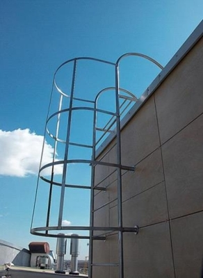 Прямая (вертикальная) лестница с ограждением