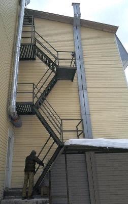 Лестница примыкает к глухой стене