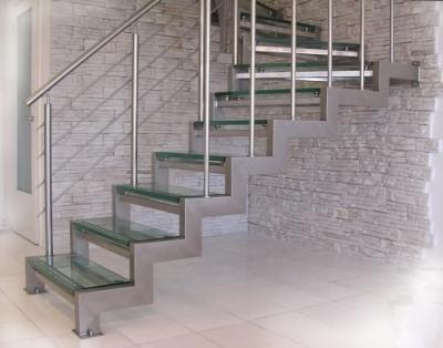 Оригинальная лестница с перилами из нержавеющей стали