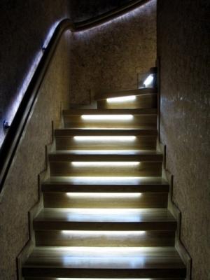 Световые приборы на лестничной конструкции