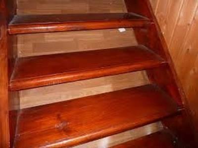 Ступени лестницы, покрытые морилкой