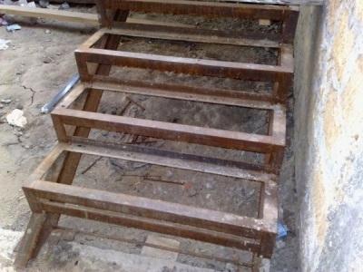 Каркас простой металлической входной лестницы