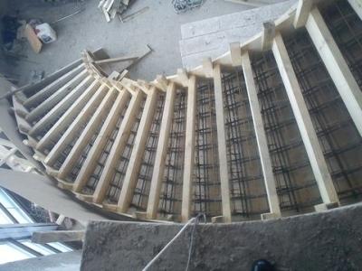Установка бетонной лестничной конструкции