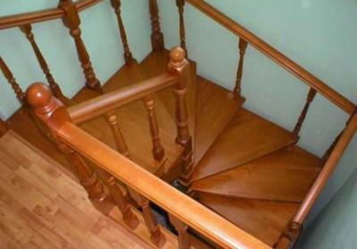 Лестница на второй этаж дачи