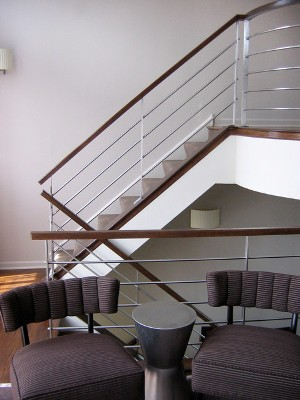 Бетонная лестница на металлических косоурах