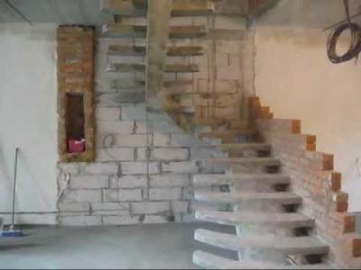 Бетонная лестница на одном косоуре
