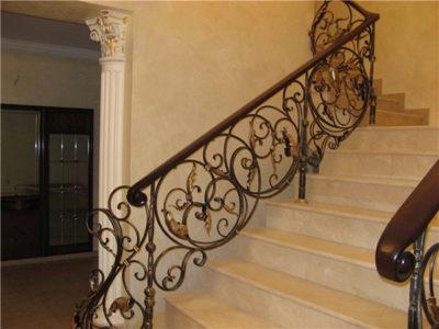 Кованые перила на лестнице в частном доме, ведущей на второй этаж